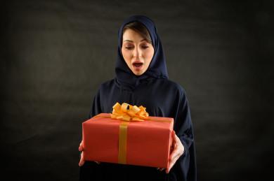 بورتريه مرأه سعودية خليجية تحمل صندوق هدايا كبير  ، شراء الهدايا ،  الترفيه و التسوق ، يوم التسوق ، الجمعة البيضاء