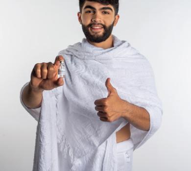 بورتريه لرجل مسلم عربي سعودي خليجي بلباس الاحرام ،  اتباع تعليمات و شروط الحج لعام 2021 ، اخذ جرعة اللقاح الآمنة ، التطعيم الأمن لكوفيد 19  ، فريضة الحج ، خلفية بيضاء