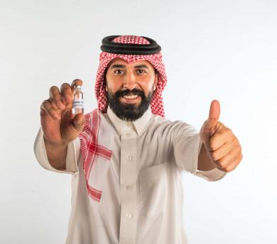 بورتريه لرجل عربي سعودي خليجي ، يرفع اصبع الابهام للأعلى لفعالية اللقاح ،  اخذ جرعة اللقاح الآمنة ، التطعيم الآمن لكوفيد 19، التلقيح الطبي ، جرعة لتفادي الاصابة بالعدوى  ، تطوير المناعة لمواجهه المرض ، خلفية بيضاء
