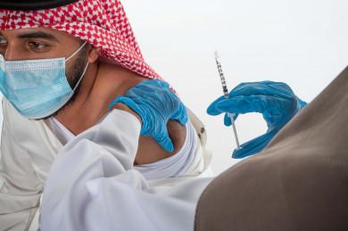 بورتريه لطبيبة عربية سعودية خليجية  تقوم باعطاء جرعة لقاح لمريض سعودي خليجي ، اخذ جرعة اللقاح الآمن ، التطعيم الآمن لكوفيد 19 ، التلقيح الطبي ، جرعة لتفادي الاصابة بالعدوى ، خلفية بيضاء