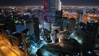 صورة جوية لمركز الملك عبدالله المالي (كافد) في الرياض بالمملكة العربية السعودية ،صورة للأبراج مالية واقتصادية والمنشأت المعمارية ليلاً ، السياحة في السعودية ، إطلالة رائعة على مركز الملك عبدالله المالي بالرياض
