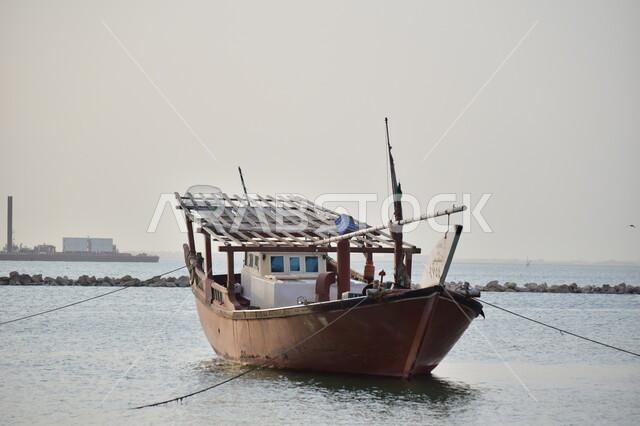 صورة مقربة لقارب صيد الاسماك في الدمام بالمملكة العربية السعودية، شاطئ الدمام، صيد الاسماك، قارب صيد