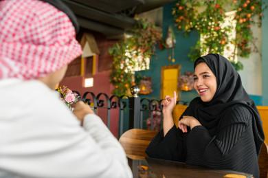 زوجان سعوديان خليجيان يقضيان اجواء رومنسية و رائعة في المطعم ، الاحتفال بذكرى الزواج ، الترفيه و الاستمتاع ، متجر و مطعم سعودي